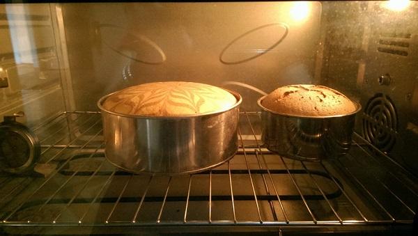 Cho khuôn vào lò vi sóng nướng từ 10 - 15 phút là bánh chín