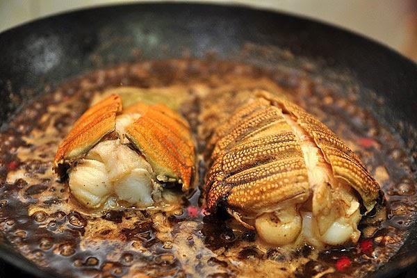 Xào 10 - 15 phút để thịt tôm thấm gia vị